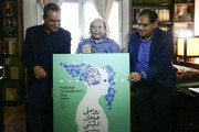 تصاویر | پدر سالار در حال امضای یک پوستر هنری