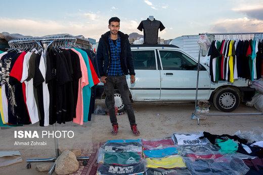 محمد جواد کربلایی، متولد ۱۳۷۵، از ۳ ماه پیش در روز بازار قم به لباس فروشی مشغول است، او در گذشته با انبارداری شرکت قادر به تامین زندگی بوده است ولی هماکنون با وجود انبارداری به دلیل عدم تامین معاش روزمره مجبور به دست فروشی در بازار روز این شهر شده است