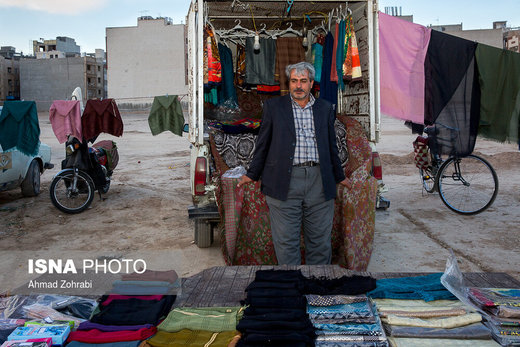 داوود خدابنده لو، متولد ۱۳۵۲، از ۳ سال قبل در روز بازار قم به لباس و روسری فروشی مشغول است، در گذشته در تولیدی مبل به حرفه نجاری مشغول بوده که به دلیل وضعیت بد اقتصادی و مالیات بالا مجبور به جمع آوری تولیدی خود شد