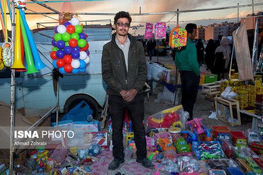 محمد، متولد ۱۳۷۰، از ۷ ماه قبل در روز بازار قم به اسباب بازی فروشی مشغول است، او مغازه اسباب بازی فروشی داشته است که به دلیل وضعیت اقتصادی مجبور به بستن مغازه شد و در پروژه منوریل قم به شغل آشپزی مشغول بود که با متوقف شدن این پروژه از آن کار نیز اخراج شد