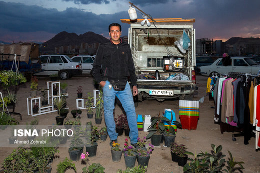 مجید زندیه، متولد ۱۳۶۵، از ۵ سال قبل در بازار روز قم به گل فروشی مشغول است، او چندین سال مغازه پرده دوزی داشته که به دلیل گرانی اجناس توان تولید و فعالیت را از دست داده است