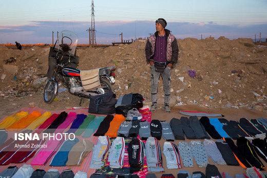 اسماعیل چهره غانی، متولد ۱۳۶۴، از دو سال قبل در روز بازار قم به لباس فروشی مشغول است، به مدت ۱۱ سال جوش کار اسکلت ساختمان بوده است که به دلیل شرایط بد اقتصادی کارفرمایان توان پرداخت دستمزد وی را نداشتند و همیشه با چکهای پاس نشده مواجه بود که در نهایت تصمیم به رهایی از کار میگیرد