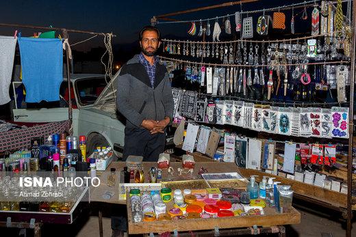 آقای احمدی، متولد ۱۳۶۰، از ۱۵ سال قبل در روزبازار قم به فروش عطر و لوازم آرایشی مشغول است، او در گذشته در روستای خود کشاورز بود که به دلیل کم آبی به شهر قم مهاجرت کرده است و پس از چند ماه کارگری به دستفروشی در روزبازار قم روی آورد