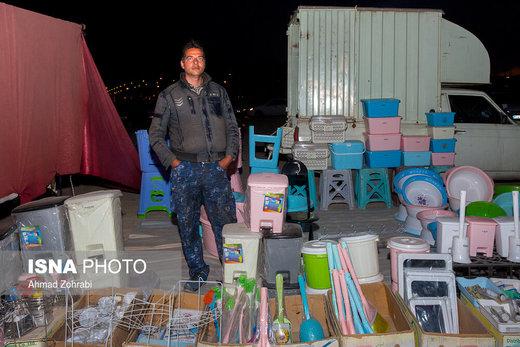 یوسف آشناور، متولد ۱۳۷۱، از ۶ سال قبل در روزبازار قم به پلاستیک فروشی مشغول است، او کارگر کارخانه بود که به دلیل وضعیت بد اقتصادی کارخانه تعطیل شد و پس از بیکاری به روزبازار آمد