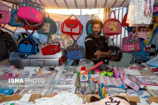 ابوالفضل محمدی، متولد ۱۳۵۶، از ۱۰ سال قبل در روزبازار قم به سیسمونی فروشی مشغول است، وی ۵ سال در کارخانه پلاستیک مشغول کار بود که به دلیل تعدیل نیرو اخراج شد