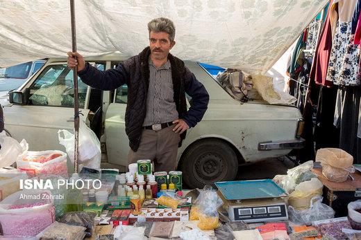 آقای باقری، متولد ۱۳۵۱، از ۶ سال قبل در روز بازار قم عطاری دارد، او از کودکی قالیباف بوده که به دلیل رکود شدید در صنعت فرش و قالی دستباف بیکار شد و پس از مدتی بیکاری تصمیم به دستفروشی در روزبازار کرد