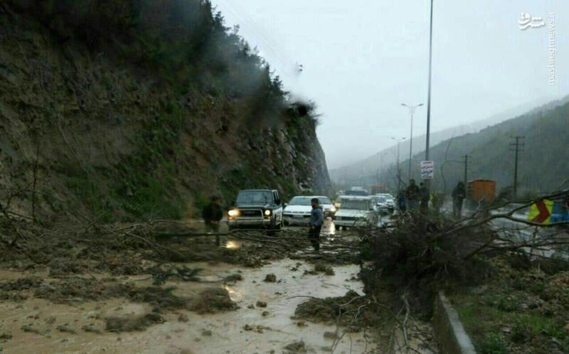 عکس   ریزش کوه در جاده شمال جان راننده مزدا ۳ را گرفت