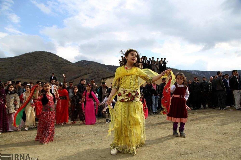 تصاویر | استقبال از بهار به سبک مردم کردستان