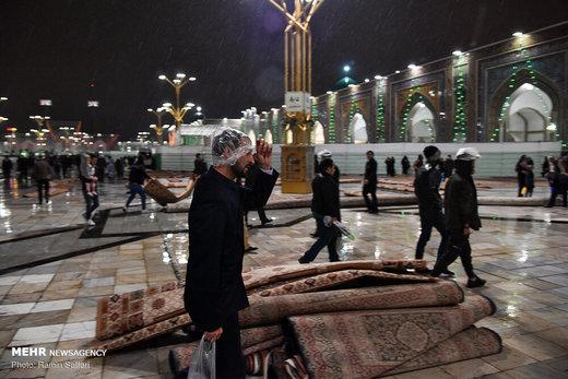 بارش باران در آخرین شب سال ۹۷ در حرم رضوی
