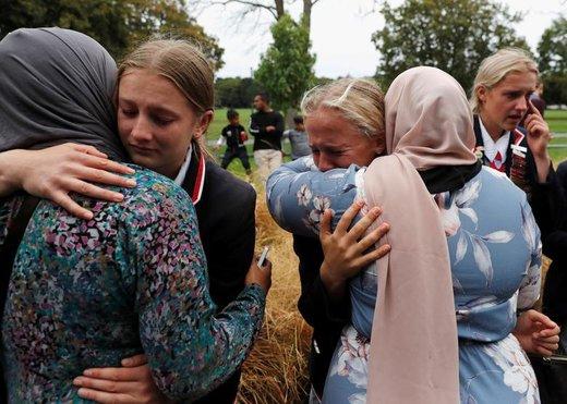 دانش آموزان دبیرستانی از یک مدرسه مسیحی در نیوزیلند مسلمانانی را که منتظر گرفتن اخبار خویشاوندان خود هستند، در آغوش گرفته اند. خویشاوندان این مسلمان ها در تیراندازی مرگبار جمعه دو هفته قبل، کشته یا مجروح شده اند
