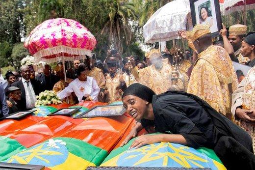 عزاداری یک زن در مراسم تشییع پیکر قربانیان سقوط پرواز ET 302 اتیوپی در آدیس آبابا