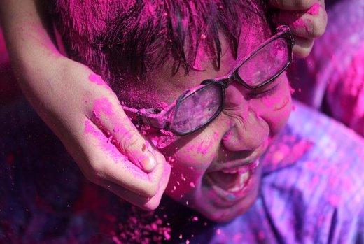 رنگ پاشیدن کودکان معلول در جشنواره رنگ هولی هند