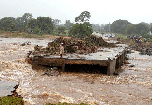 یک مرد به پل تخریب شده در امتداد رودخانه Umvumvu، بعد از وقوع طوفان و سیل در  زیمبابوه نگاه میکند
