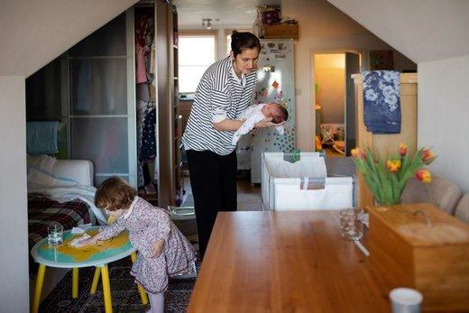 ماریا نوزاد یک هفتهای خود را نگهداری میکند در حالی که دختر دو سالهاش روی میز را پاک میکند، او چند ماه پس از خروج بریتانیا از اتحادیه اروپا به بیمارستان مراجعه کرده بود اما دکتر به او گفته که یک خارجی به شمار می آید و بهتر است به وطنش رومانی برگردد، او در آن زمان باردار بوده است. ماریا که از هزینههای بالای زندگی در لندن خسته شده هم اکنون آماده است همراه همسر و دو فرزندش بریتانیا را ترک کند