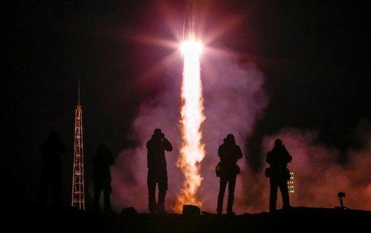 عکاسی از فضاپیمای سایوز.ام.اس-12 که با  آلکسی آوچینین فضانورد روس و نیک هیگ و کریستینا کوک آمریکایی  از سکوی گاگارین در پایگاه فضایی بایکانور روسیه در قزاقستان راهی فضا شد