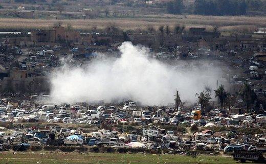 بلندشدن دود از روستای محاصره شده باغوز استان دیرالزور سوریه