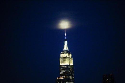 پدیده ابرماه در بالای ساختمان امپایر استیت در شهر نیویورک آمریکا