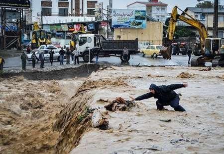 تلاش برای خارج کردن آب سیلاب از روستاها و شهرهای مازندران ادامه دارد