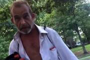فیلم | وقتی یک بیخانمان پا برهنه کفش هدیه میگیرد