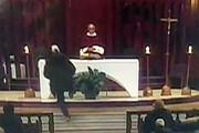 فیلم | لحظه چاقوخوردن کشیش در کلیسا