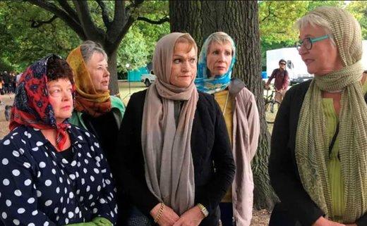 مردم محلی هم برای احترام به مسلمانان با حجاب در مراسم تشییع و خاکسپاری حاضر شدند