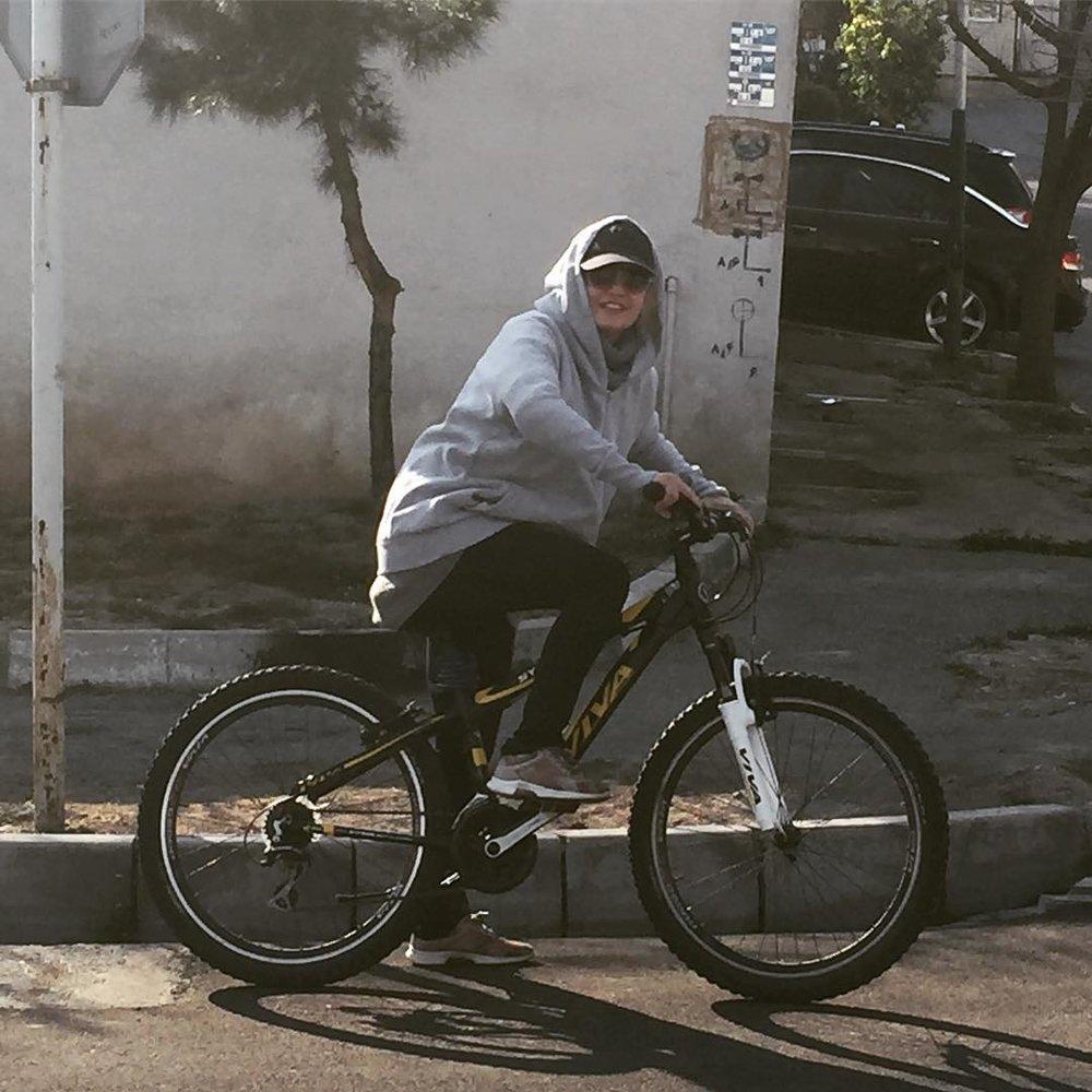 عکس | دوچرخه سواری مهناز افشار در هوای عالی تهران