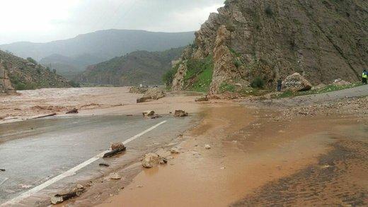 جاده ترانزیتی پلدختر به خرم آباد در محدوده روستای جلگه خلج در زیر طغیان رودخانه کشکان