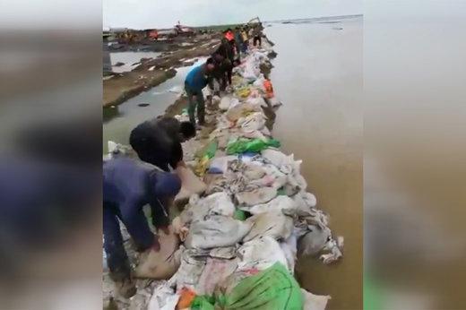 فیلم | تلاش مردم برای جلوگیری از ورود مجدد سیل به شهر در گلستان