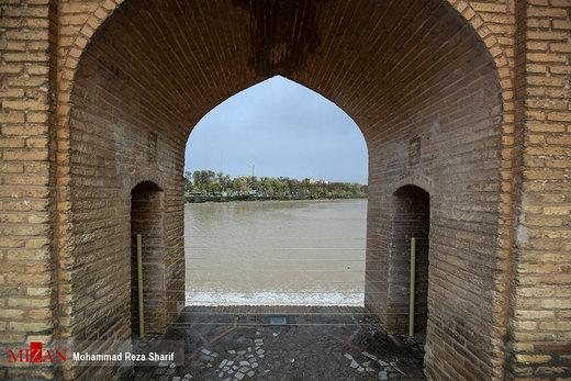 تخلیه مسافران از حاشیه رودخانه زایندهرود اصفهان