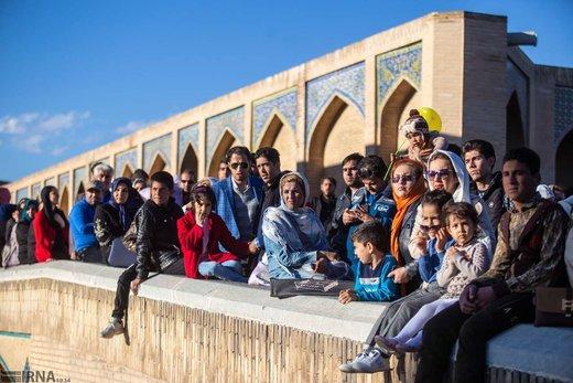مسافران نوروزی در پل خواجو اصفهان