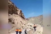 فیلم | لحظه سقوط سنگ بزرگ در جاده اردل چهارمحال و بختیاری