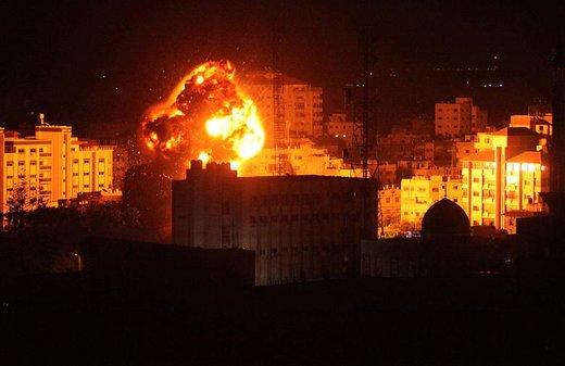 بلند شدن آتش و دود از غزه در حمله هوایی اسرائیل به این شهر