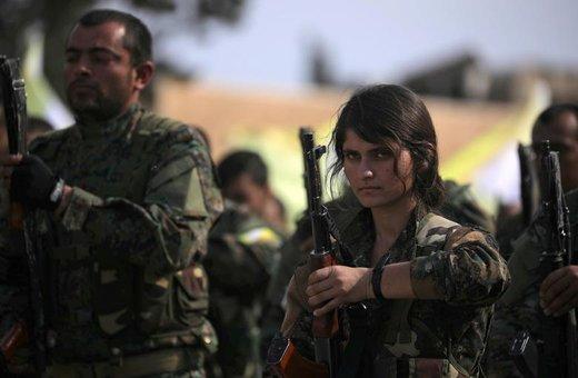 یکی از نیروهای دموکراتیک سوریه  پس از اعلام پایان تسلط داعش بر سرزمینهای شرقی سوریه، در میدان نفتی الأمر استان دیر الزور، اسلحهاش را در دستانش گرفته است
