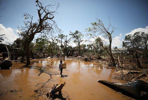 یک کودک در بقایای طوفان و سیل ویرانگر ناشی از گردباد ایدای در نزدیکی شهر بندری بِیرا در موزامبیک راه میرود