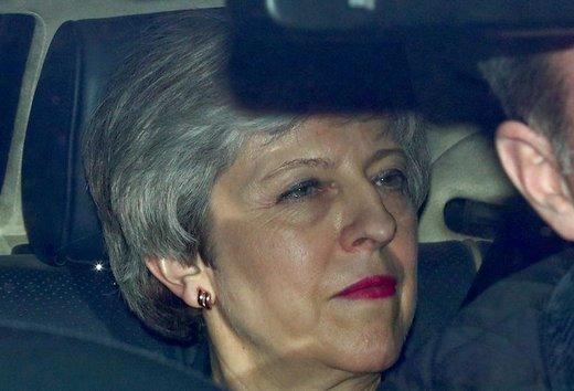 ترزا می، نخستوزیر بریتانیا، به محض تصویب توافقنامه خروج کشورش از اتحادیه اروپا، برگزیت، کنارهگیری کرد. او گفته در صورت تصویب توافقنامه پیشنهادی او در پارلمان دیگر برای ادامه گفتگوها میان دولت بریتانیا و اتحادیه اروپا بر سر کار باقی نخواهد ماند، او در این عکس پارلمان را ترک کرد و به داخل خودرویش رفت