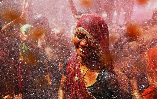 حضور یک زن در فستیوال رنگ هولی در هندوستان