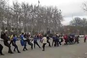 فیلم | مسابقه طنابکشی هواداران استقلال و پرسپولیس در آزادی