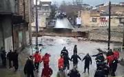 فیلم   زنجیره انسانی آتشنشانها برای جلوگیری از هجوم مردم به مناطق سیلزده