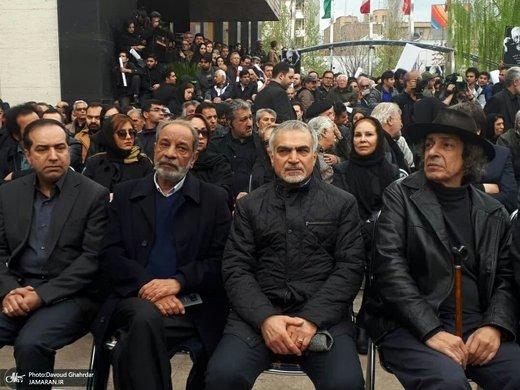 حسین فریدون در مراسم تشییع پیکر مرحوم جمشید مشایخی