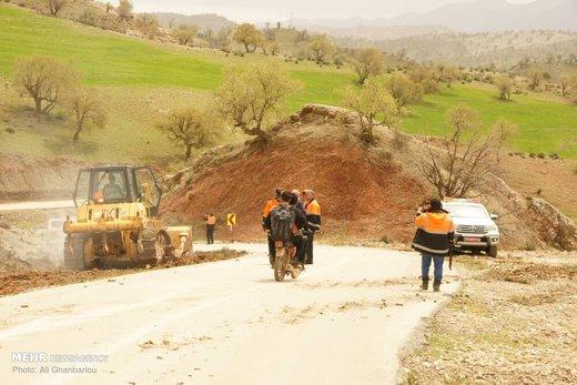 تلاش راهداران در مناطق سیل زده لرستان