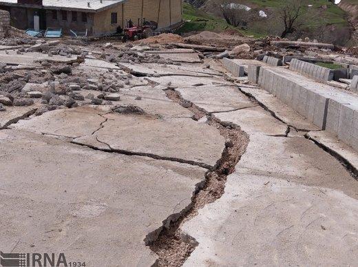 شکاف زمین و دیوار خانهها در روستای حسینآباد سمنان