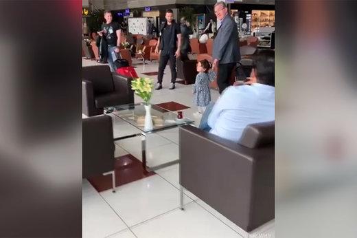 فیلم | دختر ماهینی دست در دست برانکو در فرودگاه