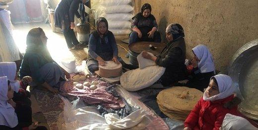 تصاویر زیبای پخت نان برای سیلزدگان توسط زنان روستایی