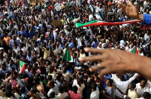 مردم در انتظار بیانیه ارتش پس از سقوط عمرالبشیر هستند