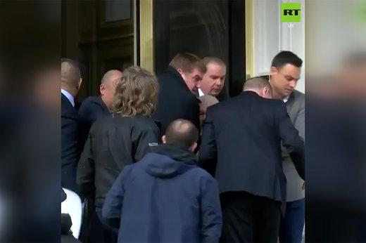 فیلم | لحظه دستگیری جولیان آسانژ توسط پلیس انگلیس