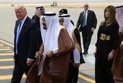 ترامپ: ملک سلمان از بوسیدن دست همسرم دست نمیکشید