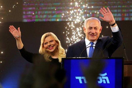 نتانیاهو، نخستوزیر رژیم صهیونیستی، و همسرش سارا. او پس از اعلام نتایج انتخابات پارلمانی اسرائیل، در تلآویو سخنرانی میکند