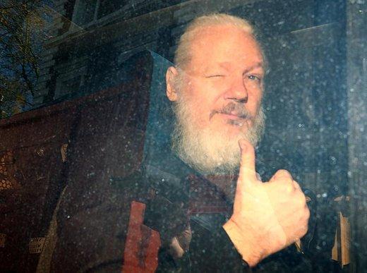جولیان آسانژ، موسس سایت افشاگر ویکیلیکس، پس از بازداشت به  دادگاه عالی وستمینستر می رود