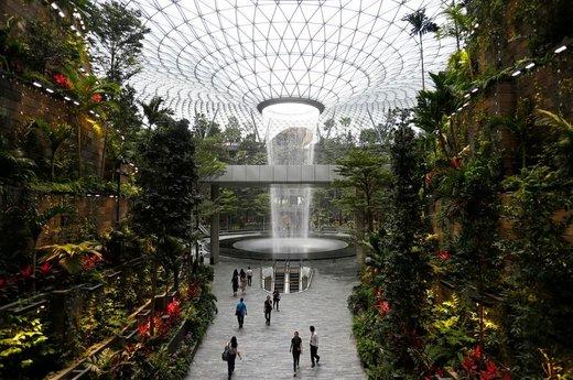 آبشار مصنوعی 40 متری در فرودگاه سنگاپور که بلندترین آبشار داخلی این کشور به شمار میآید