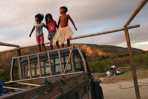 کودکان بومی در برزیل بازی میکنند